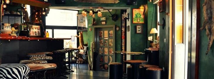La Mandragore https://www.facebook.com/lamandragore.bar Ce bar, à l'ambiance tamisée et étrange, propose une carte plus qu'alléchante avec des cocktail détonants (comme le Zombie) et une ambiance conviviale. Le couple de serveurs est plus que sympathique, les habitués ne quitteraient pour rien leur tabouret, et le quizz du dimanche tombe à point nommé contre tous les coups de blues … Bref, on adore. Adresse : 1, rue de la Grange