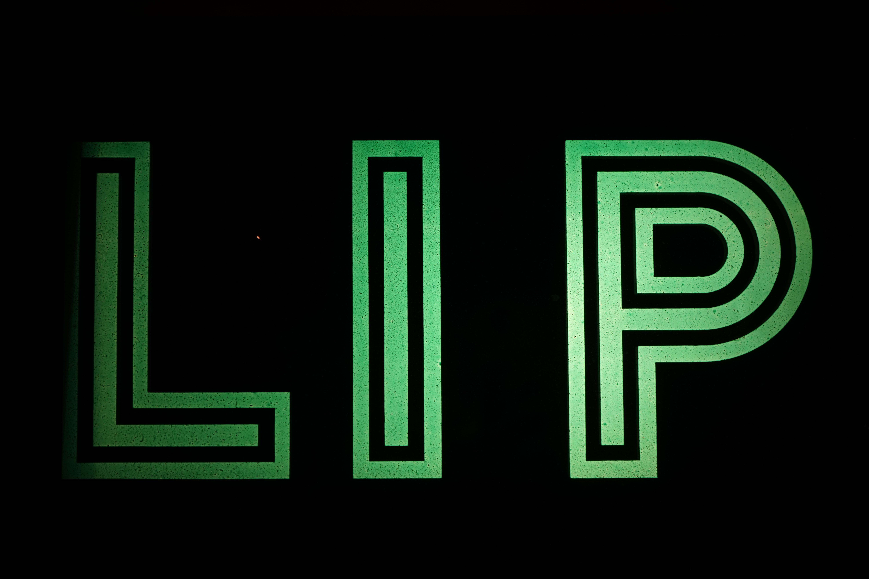 Enseigne Lumineuse Ancienne LIP Allumée