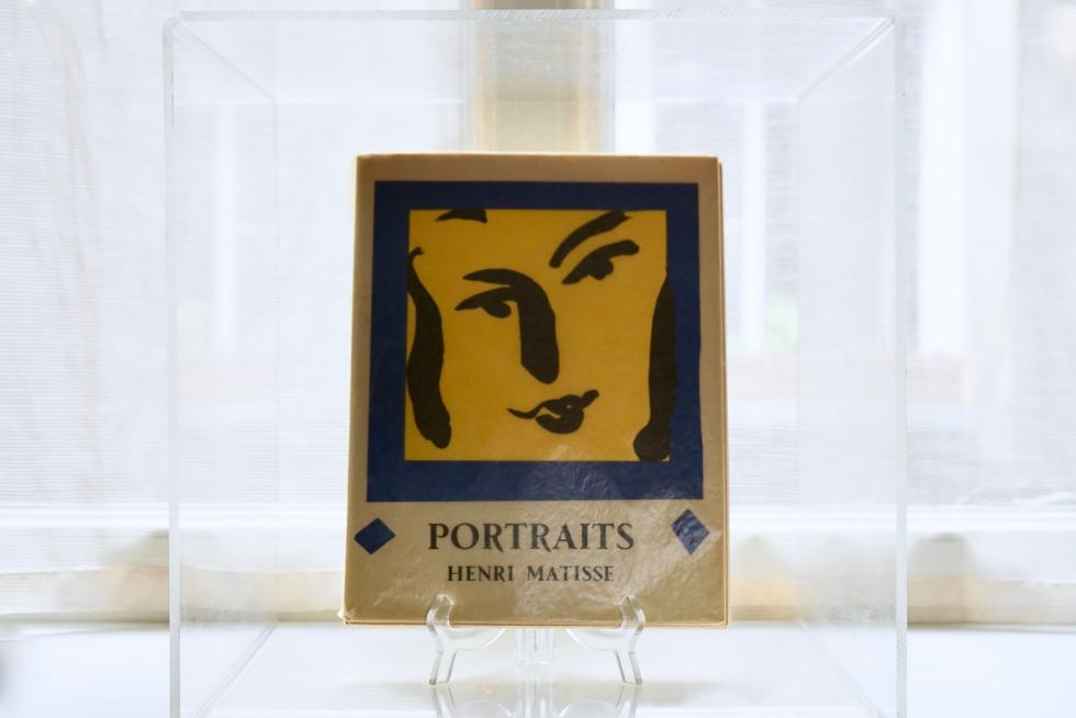 Photo d'Illustration - Librairie - Livre d'Art Les Portraits d'Henri Matisse En Vitrine