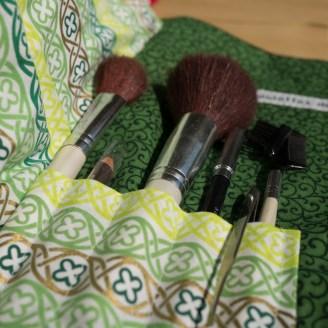 La trousse verte comporte 5 emplacements à pinceaux ou crayons