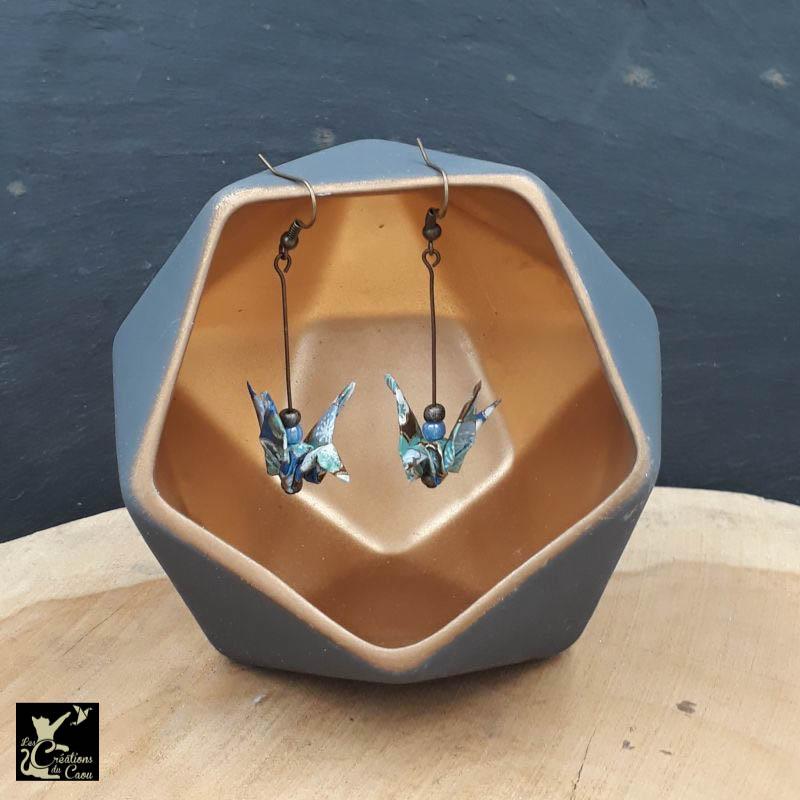 Aériennes et légères, ces boucles d'oreilles en origami en papier japonais bleu foncé viendront sublimer vos tenues avec élégance.