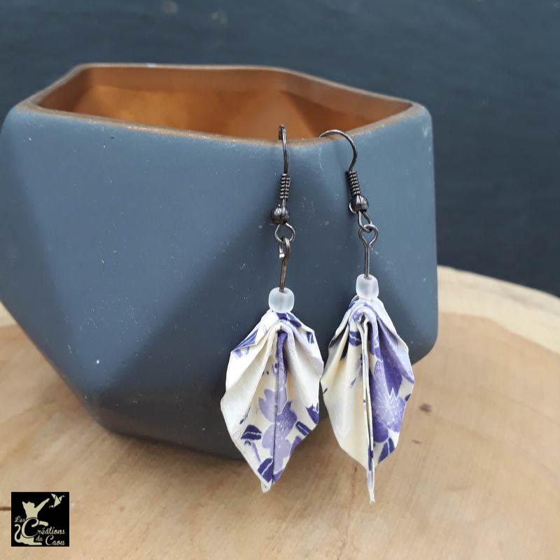 Boucles d'oreilles en origami. Le pliage est une palme réalisée à partir d'un papier japonais écru au motif fleuri lilas et mauve.