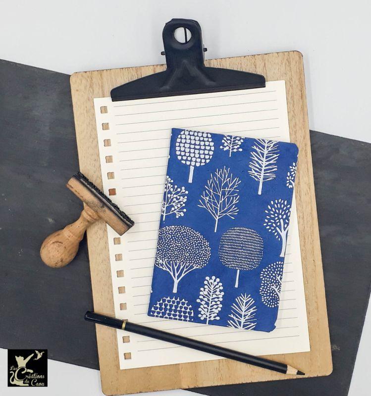 carnet A6 nepalais bleu marine arbres stylisés blancs