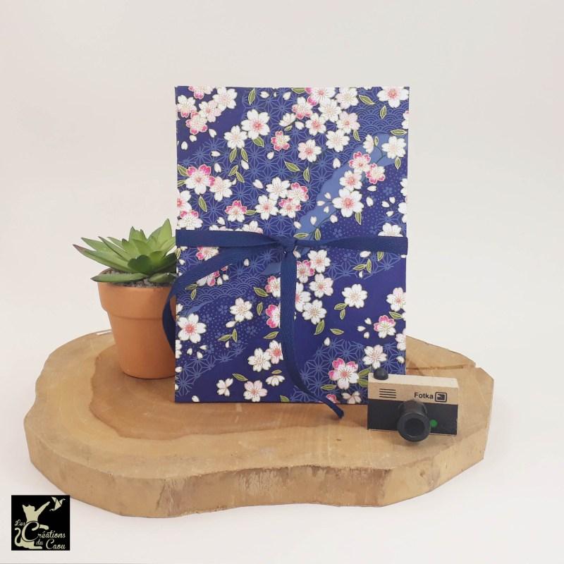 Leporello - album photos accordéon artisanal permettant d'accueillir 10 photos. Il est recouvert d'un élégant papier japonais bleu marine fleuri.