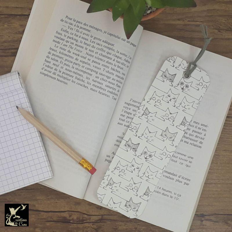 Ne perdez plus le fil de vos lectures ! Ce marque-page artisanal, recouvert d'un élégant papier indien orné de chats stylisés deviendra votre allié.