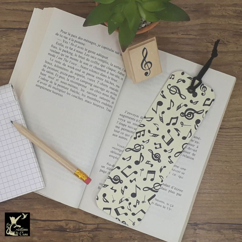 Ne perdez plus le fil de vos lectures ! Ce marque-page artisanal, recouvert d'un élégant papier indien orné de notes de musiques deviendra votre allié.