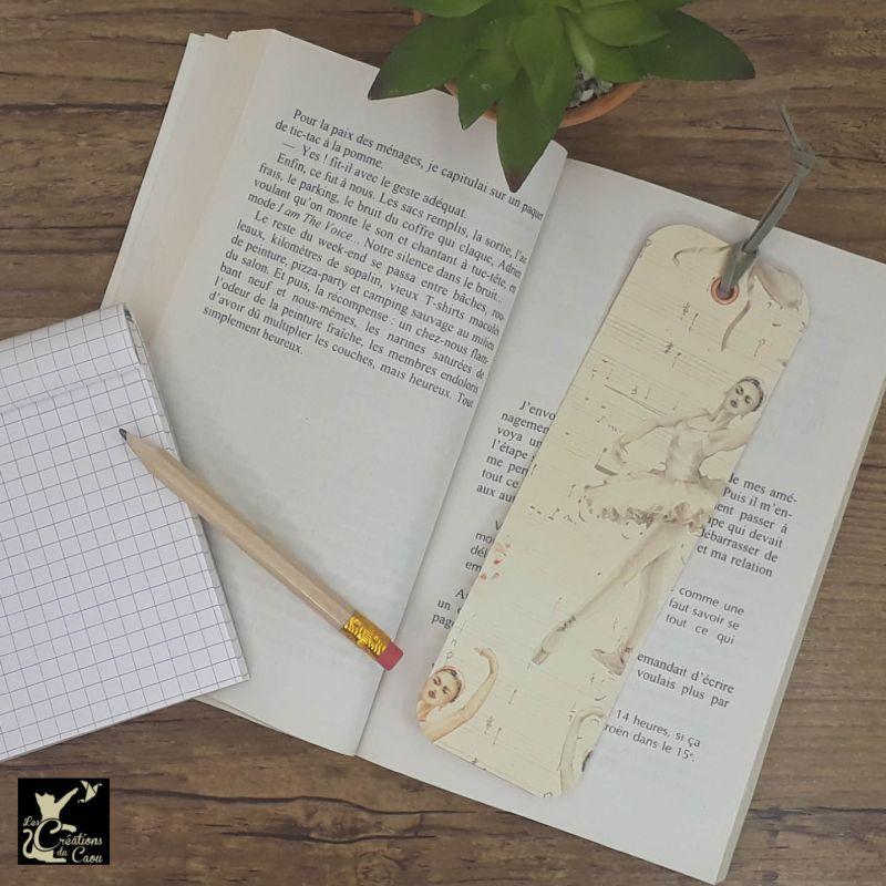 Ne perdez plus le fil de vos lectures ! Ce marque-page artisanal, recouvert d'un élégant papier italien orné de danseuses classiques deviendra votre allié.