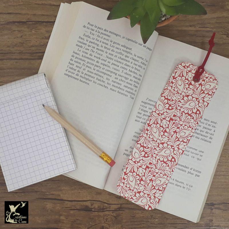 Ne perdez plus le fil de vos lectures ! Ce marque-page artisanal, recouvert d'un élégant papier italien fleuri rouge et blanc deviendra votre allié.