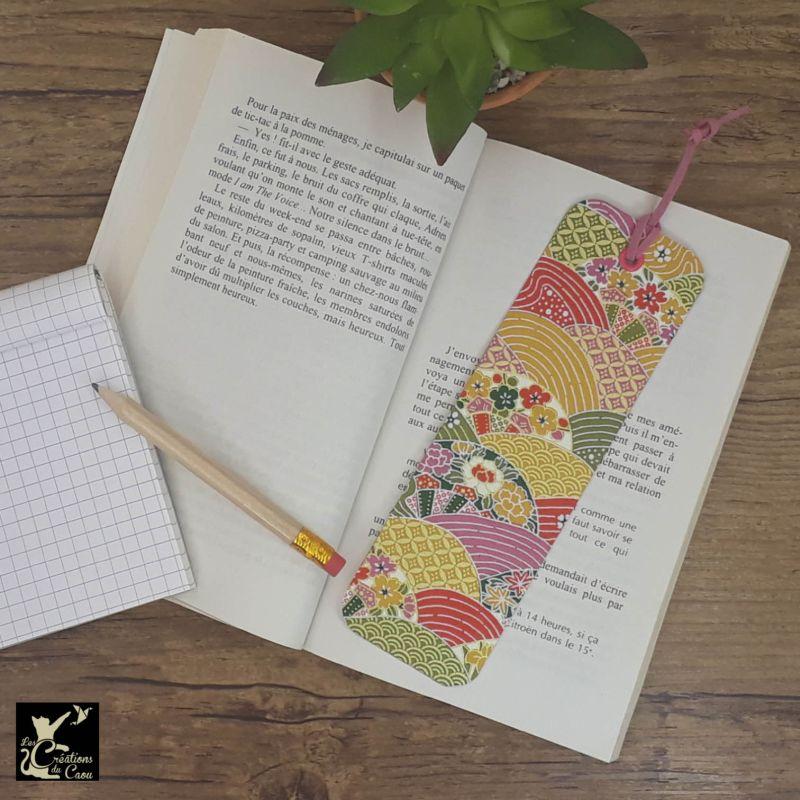 Ne perdez plus le fil de vos lectures ! Ce marque-page artisanal, recouvert d'un élégant papier japonais orné de champs de fleurs aux couleurs intenses deviendra votre allié.