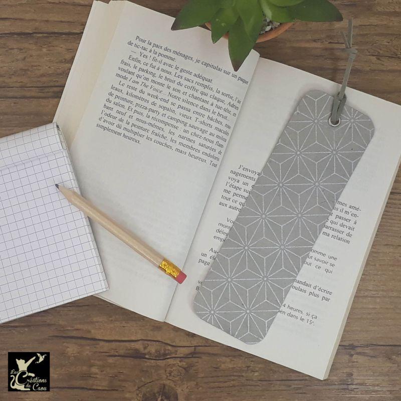 Ne perdez plus le fil de vos lectures ! Ce marque-page artisanal, recouvert d'un élégant papier japonais gris étoilé deviendra votre allié.
