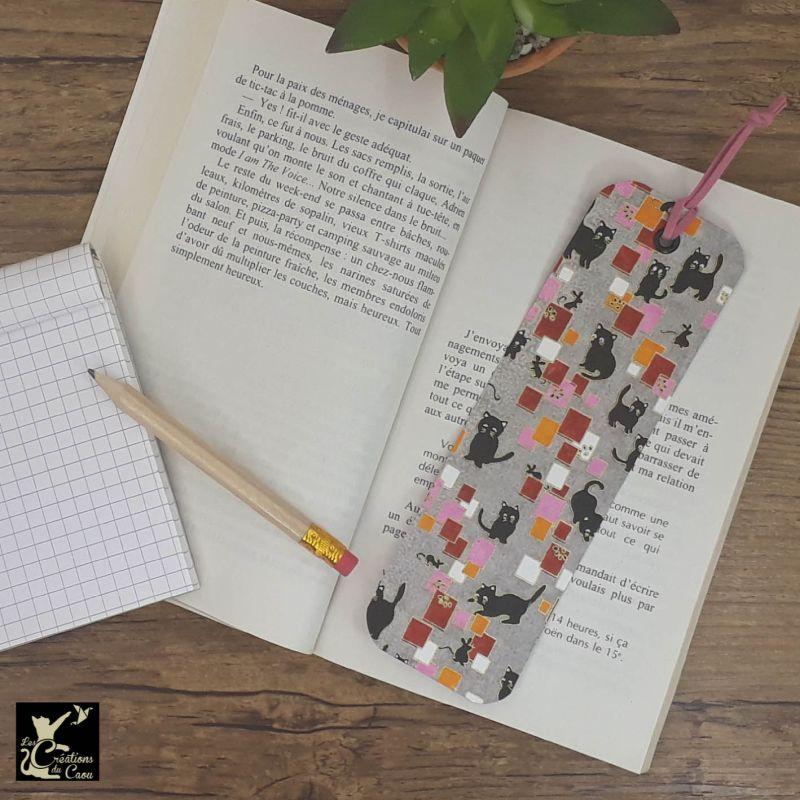 Ne perdez plus le fil de vos lectures ! Ce marque-page artisanal, recouvert d'un élégant papier japonais gris orné de chats deviendra votre allié.