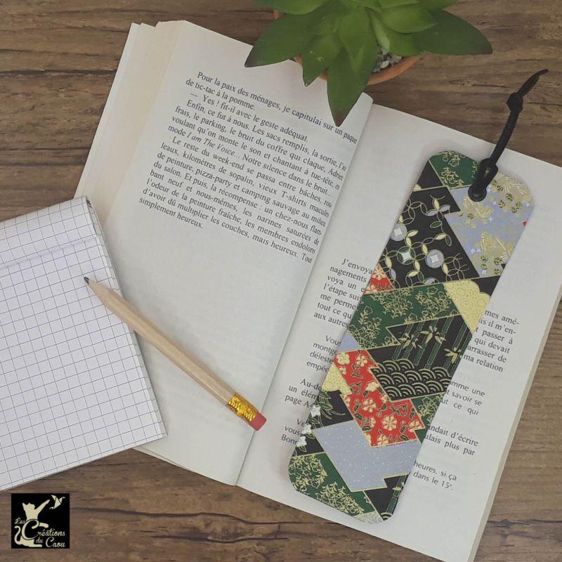 Ne perdez plus le fil de vos lectures ! Ce marque-page artisanal, recouvert d'un élégant papier japonais aux motifs traditionnels deviendra votre allié.
