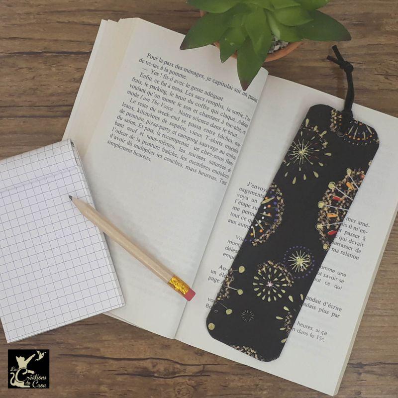 Ne perdez plus le fil de vos lectures ! Ce marque-page artisanal, recouvert d'un élégant papier japonais orné de feux d'artifice deviendra votre allié.