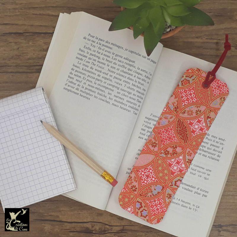 Ne perdez plus le fil de vos lectures ! Ce marque-page artisanal, recouvert d'un élégant papier japonais rouge corail deviendra votre allié.