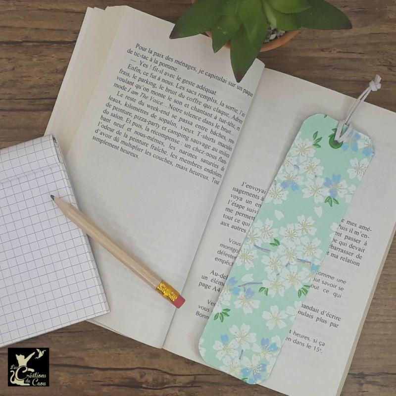 Ne perdez plus le fil de vos lectures ! Ce marque-page artisanal, recouvert d'un élégant papier japonais vert d'eau fleuri deviendra votre allié.