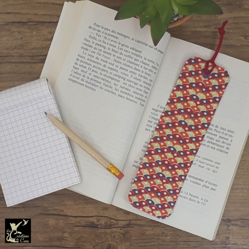 Ne perdez plus le fil de vos lectures ! Ce marque-page artisanal, recouvert d'un élégant papier népalais orné d'écailles colorées deviendra votre allié.