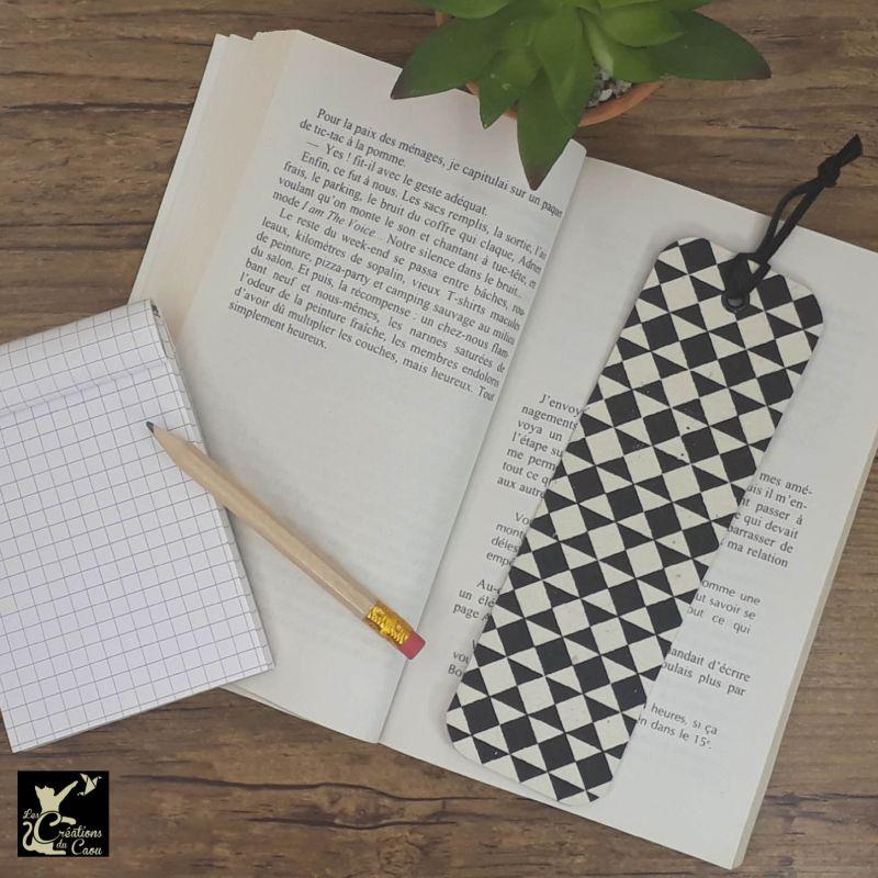 Ne perdez plus le fil de vos lectures ! Ce marque-page artisanal, recouvert d'un élégant papier népalais noir et blanc deviendra votre allié.