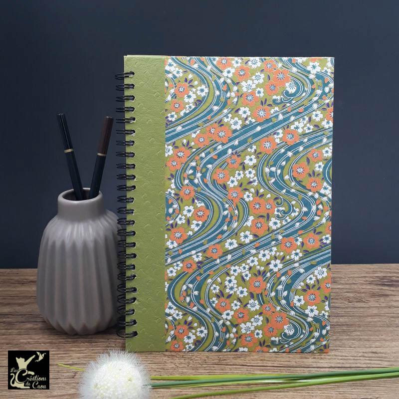 Répertoire à spirale recouvert de papier japonais au motif fleuri sur fond bleu canard. L'intérieur est organisé en onglets lettre par lettre.