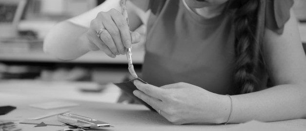 Isabelle, artisan en papeterie dans son atelier de Lambersart.