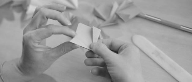 Précision du geste : l'origami ou l'art du pliage du papier.