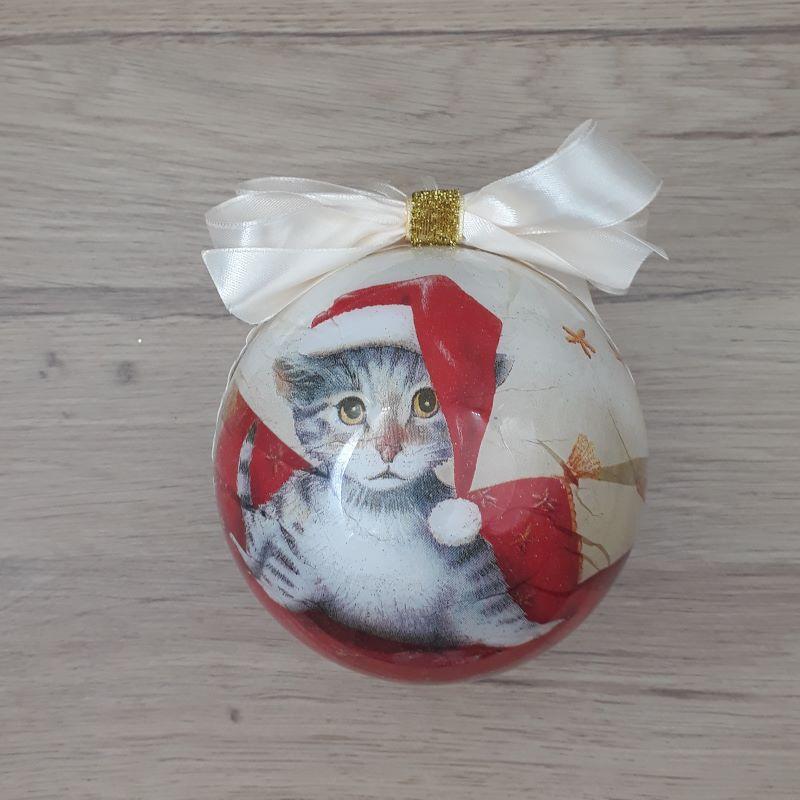Grande boule décorée à la main au motif de chat sur un coussin.