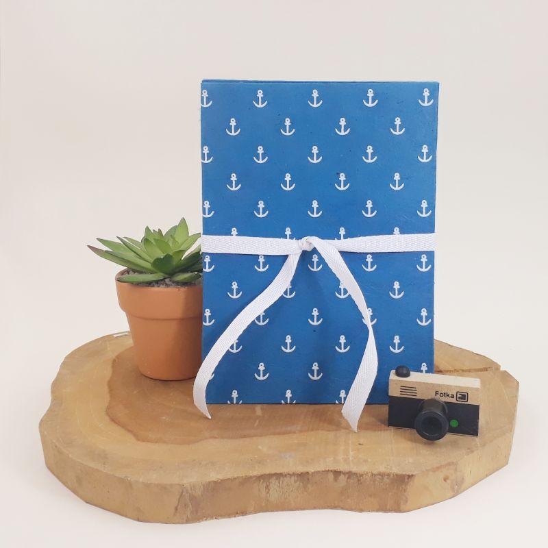 Album photo leporello réalisé à la main dans notre atelier de Lambersart (Lille), recouvert d'un papier népalais bleu marine au motif d'ancres marines.