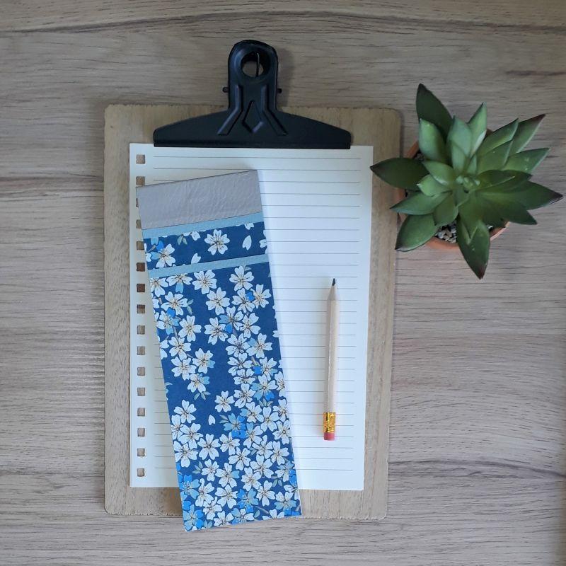 Bloc à listes réalisé à la main dans notre atelier de Lambersart (Lille), recouvert de papier japonais au motif de fleurs de cerisiers (sakura) bleu foncé.
