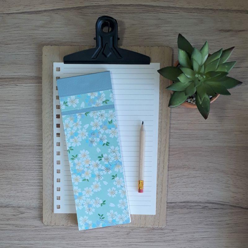 Bloc à listes réalisé à la main dans notre atelier de Lambersart (Lille), recouvert de papier japonais vert d'eau au motif de fleurs de sakuras blanches et bleu ciel.