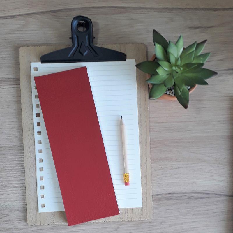 Bloc à listes réalisé à la main dans notre atelier de Lambersart (Lille), recouvert de papier imitant l'ascpect du cuir de couleur rouge. DOS.