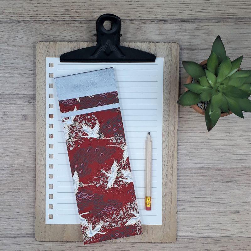 Bloc à listes réalisé à la main dans notre atelier de Lambersart (Lille), recouvert de papier japonais bordeaux au motif de grues du Japon blanches.
