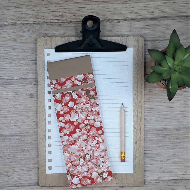 Bloc à listes réalisé à la main dans notre atelier de Lambersart (Lille), recouvert de papier japonais rose au motif de fleurs de prunier roses.