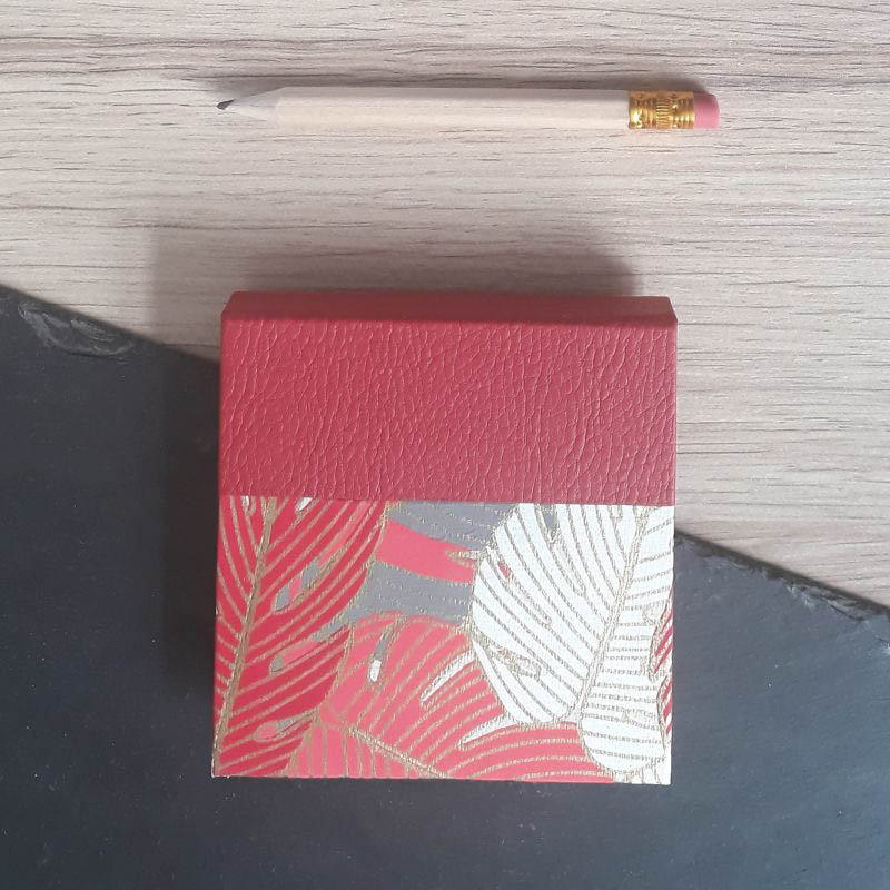 Porte bloc à post-it de la marque de papeterie lilloise : les créations du caou. Papier indien feuillages tropicaux, rouges, blancs, corail, gris.