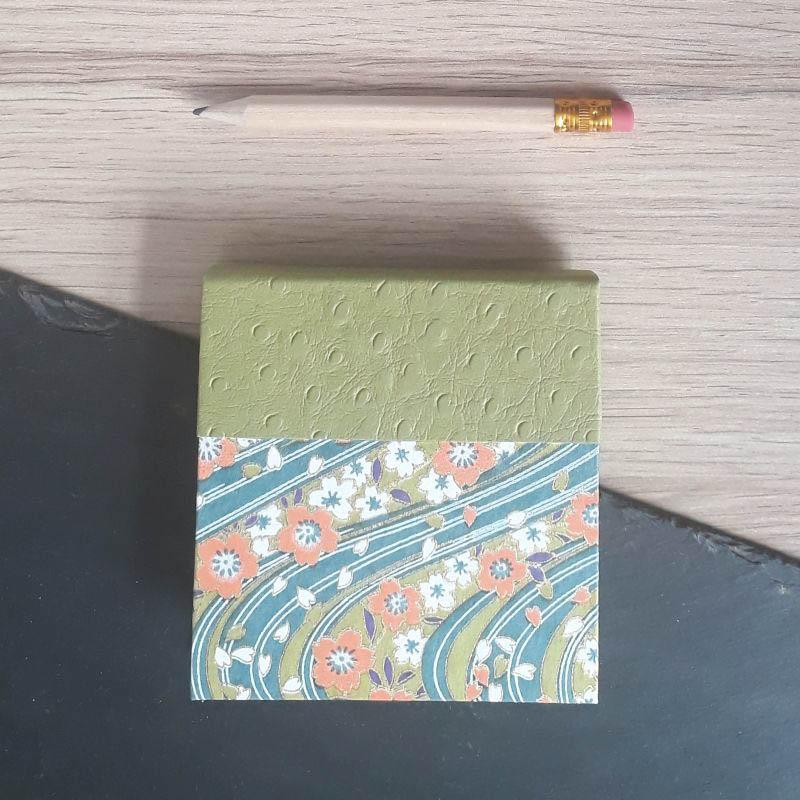 Porte bloc à post-it de la marque de papeterie lilloise : les créations du caou. Papier japonais fleuri, tons vert, bleu, orange.