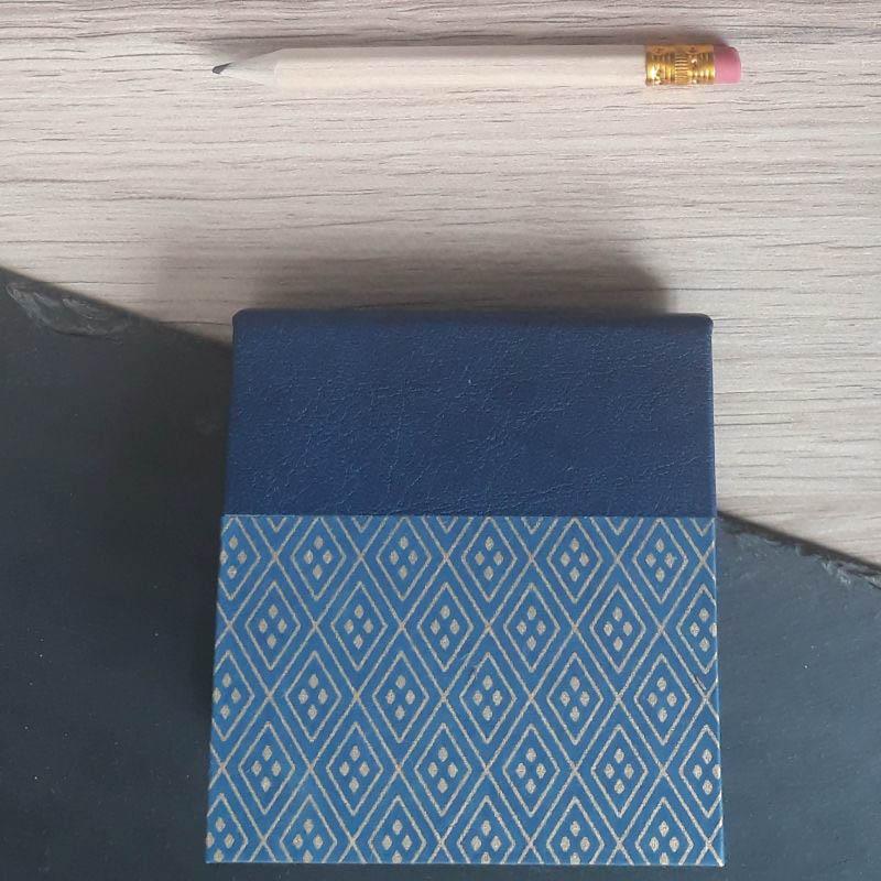 Porte bloc à post-it de la marque de papeterie lilloise : les créations du caou. Papier japonais bleu marine, losanges dorés.
