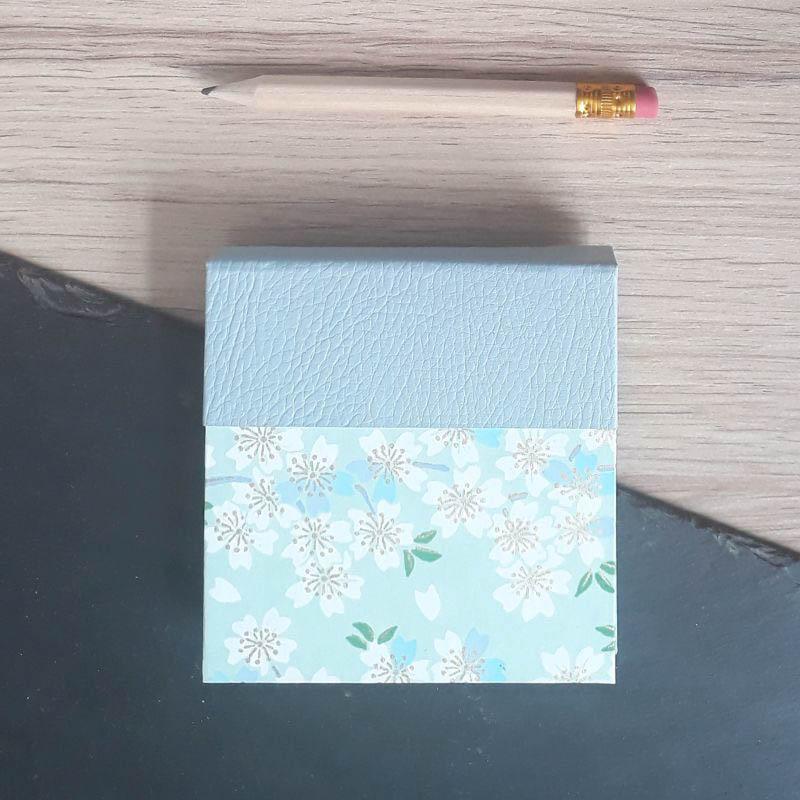 Porte bloc à post-it de la marque de papeterie lilloise : les créations du caou. Vert d'eau. Fleur de sakura.