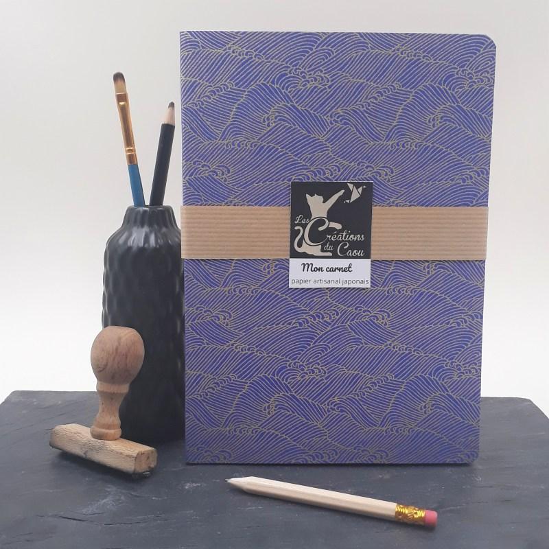 Carnet A5 recouvert à la main d'un papier artisanal japonais bleu roi au motif de vagues dorées.