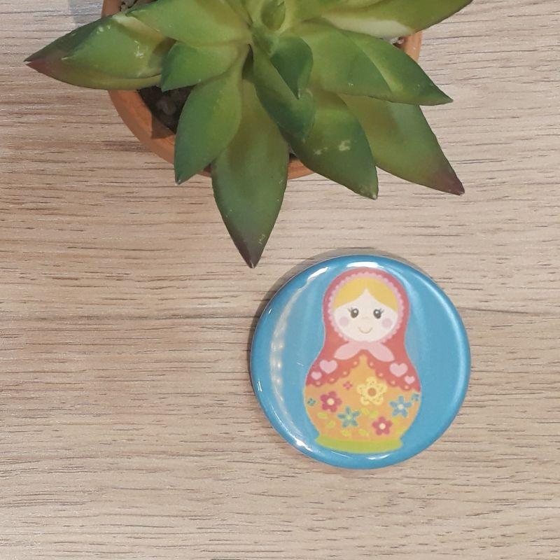 Magnet, badge réalisé à la main dans notre atelier de Lambersart (Lille) pour une fan de matriochka.