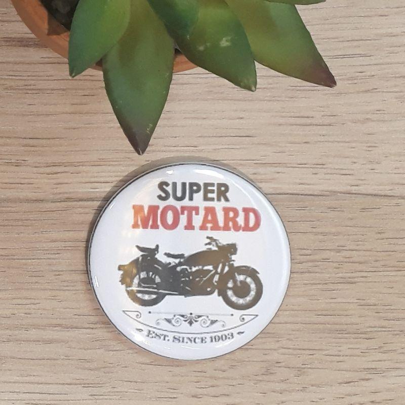 Magnet, badge réalisé à la main dans notre atelier de Lambersart (Lille) pour un motard.