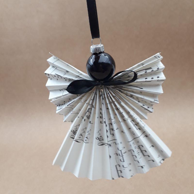 Ange en origami, motif partition de musique, pliée à la main dans notre atelier de Lambersart.