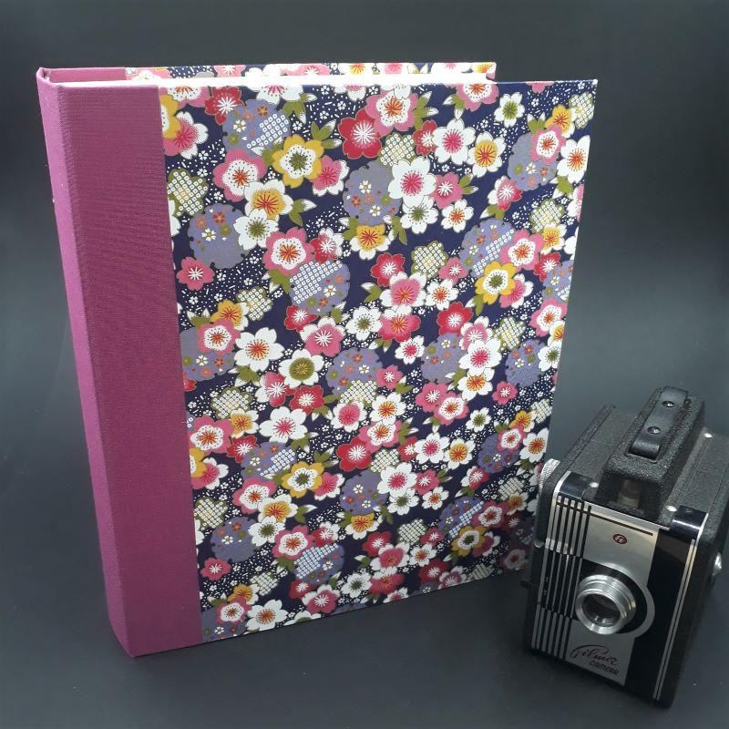 Album photos artisanal recouvert d'un papier japonais indigo au motif fleuri. Il peut accueillir jusqu'à 200 photos de format standard.