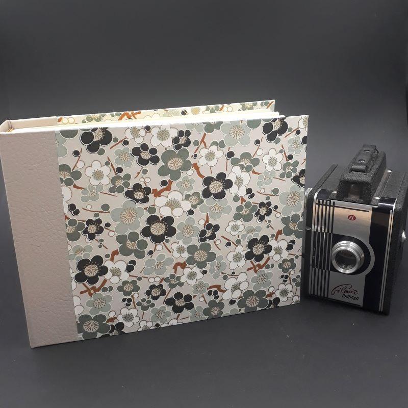 Album photos réalisé artisanalement recouvert d'un papier japonais fleuri aux tons gris et beige
