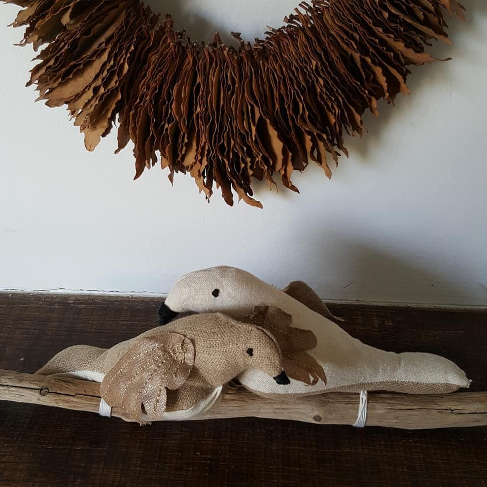 Oiseaux sur branche, création textile Fred Petit. Oiseaux lin , coton et fil doré
