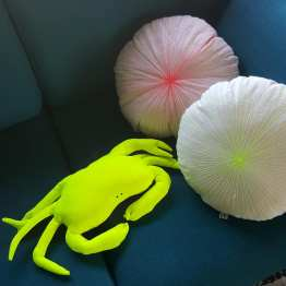 Petit coussin repose-tête fluo jaune,création Fred Petit, Made in france