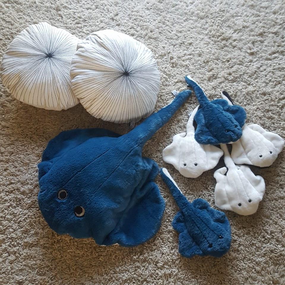 Les raies bleu paon et les noires et blanches, coussins oursins, créations textiles, Fred Petit.