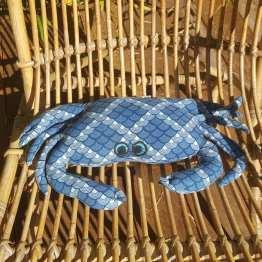 Petit-crabe-repose-tête-schwe-schwe-motif-vagues-yeux-bleus