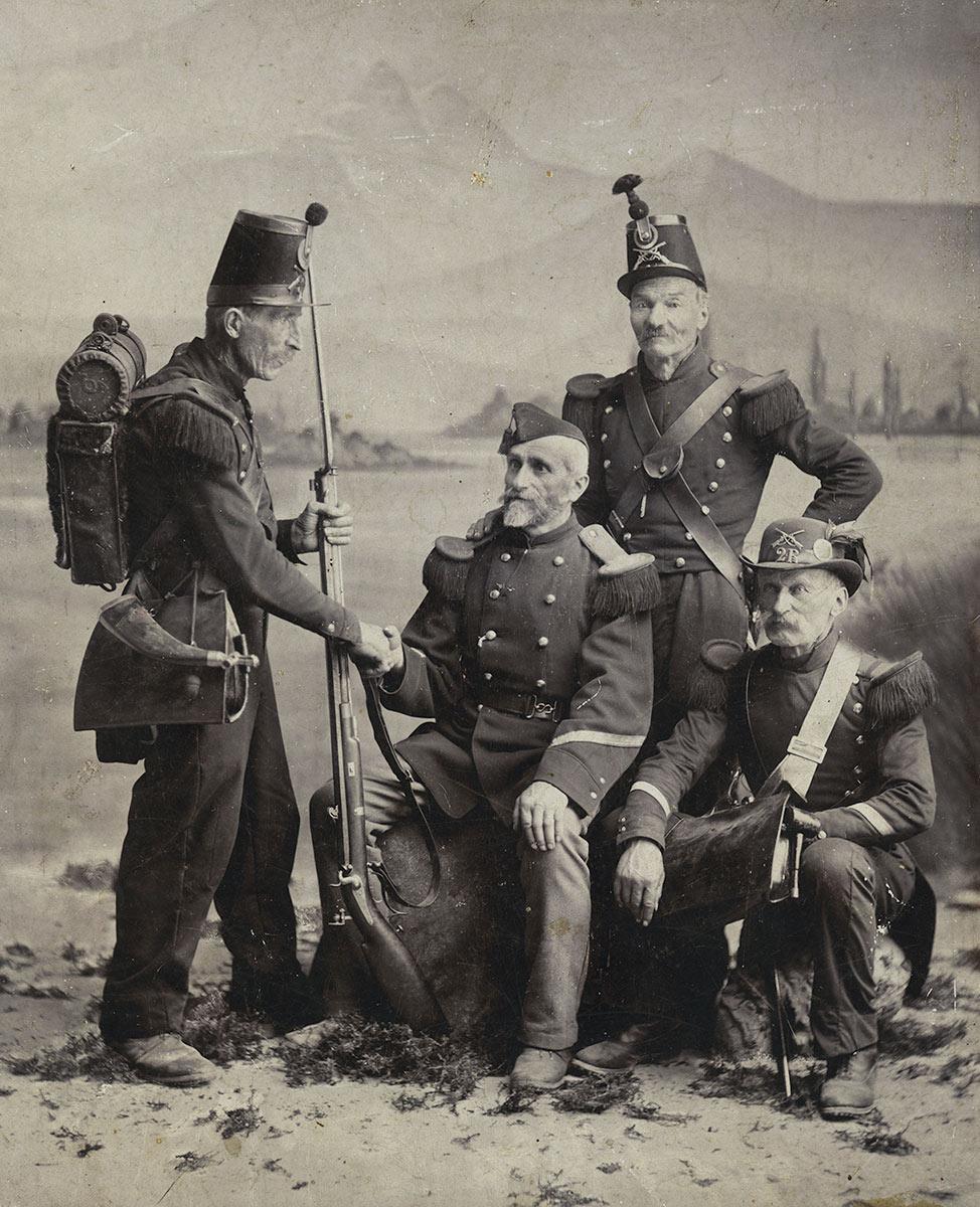 Photographie. Soldats à Bex devant les Dents du Midi