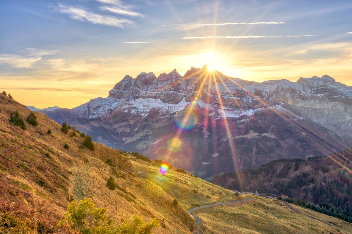Le lever de soleil derrière les Dents du Midi et la Haute-Cime. Depuis le Col des Portes du soleil au-dessus des Crosets
