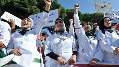 Photo de Contractuels, étudiants et infirmiers face à El Otmani