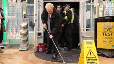 Photo de Boris Johnson fait le buzz… en passant la serpillière (Vidéo)