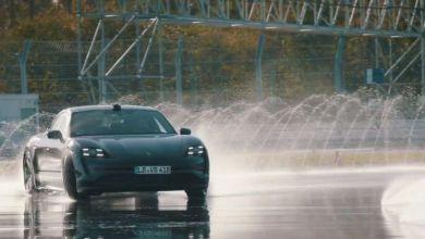 Photo de Porsche Taycan : un drift pour un livre
